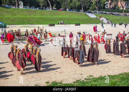 ROME - 22 avril: Les participants de la procession historique robe de se préparer à la performance à la semaine Banque D'Images