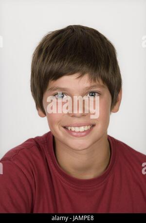 Garçon sourire,brun,portrait,studio,adolescent,brun,cogs,jeunes,T-shirt,rouge,naturel,jeunesse,calme,brun,heureusement,rousseur, Banque D'Images