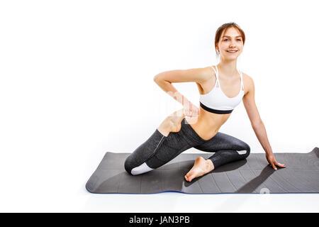 Femme faisant des exercices sportifs sur gris mat au fond isolé vide Banque D'Images