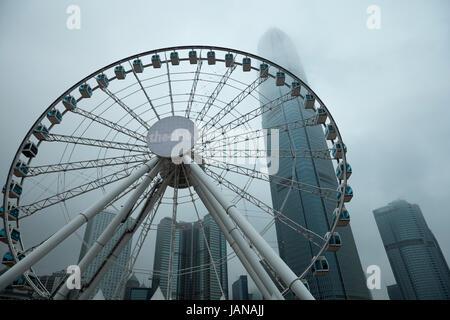 Roue d'observation de Hong Kong et de gratte-ciel dans les nuages, Central, Hong Kong Island, Hong Kong, Chine Banque D'Images