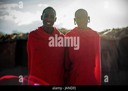 Deux jeunes hommes masaii au Kenya. Banque D'Images