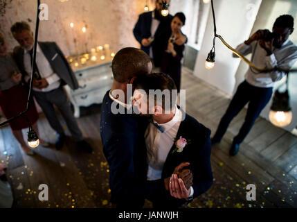 Young Gay Couple Dancing on Célébration de mariage Banque D'Images