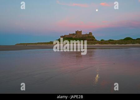 Northumberland, Royaume-Uni. 07Th Juin, 2017. Lune croissante au château de Bamburgh Northumberland Crédit: David Banque D'Images