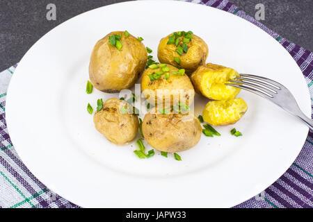 Les jeunes pommes de terre cuites avec la peau Banque D'Images