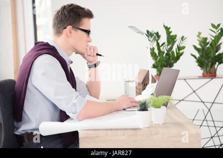 Young businessman using laptop Banque D'Images