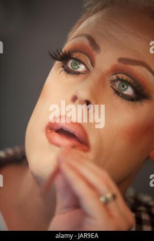 Close up of drag queen mise sur le rouge à lèvres