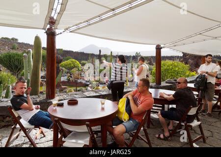 Jardin de cactus de Lanzarote - touristes assis dans le café, au Cesar Manriques jardin de cactus, Lanzarote, Îles Banque D'Images