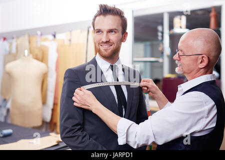 Adapter la mesure dans l'atelier Client Smiling Banque D'Images