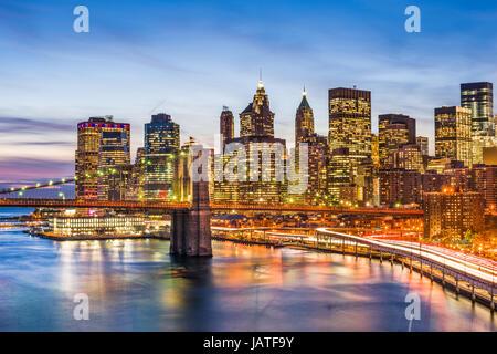 New York City skyline avec le Pont de Brooklyn et le quartier financier, sur l'East River. Banque D'Images