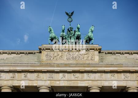 - Porte de Brandebourg (Brandenburger Tor) à Berlin, l'Allemagne est l'un des plus sites connus à Berlin et attraction touristique populaire