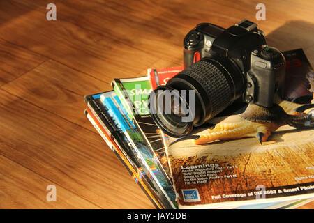 Fermer la vue de caméra SLR et magazines photo Banque D'Images