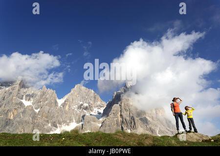 La mère et le fils debout sur un rocher et profiter de la vue, Baita Segantini, Dolomites, Italie. Banque D'Images