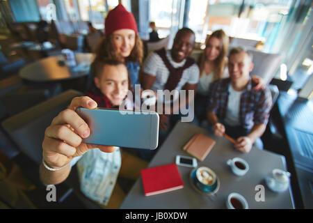 Prendre en Selfies Coffeehouse Banque D'Images