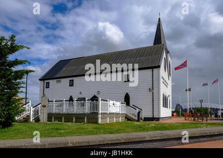 La baie de Cardiff, Cardiff, Pays de Galles - 20 mai 2017: Centre des arts et de l'Eglise de Norvège avec le cafe. Banque D'Images