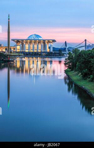 Fer à Repasser la mosquée de Putrajaya au crépuscule. Banque D'Images