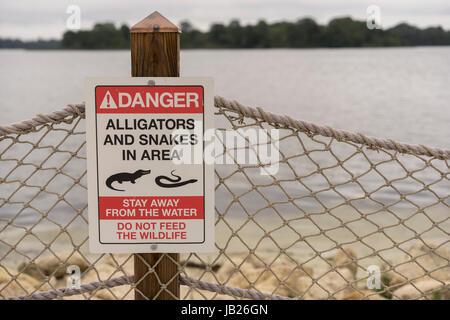 Danger d'alligators et de serpents dans la zone signe sur une plage Banque D'Images