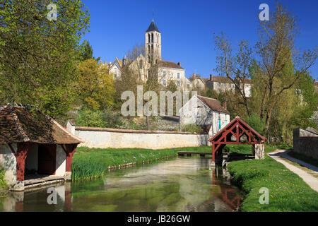 France, Seine-et-Marne (77) , Château-Landon, le fusain et ses lavoirs, plus haut, la ville et le clocher de l'église Banque D'Images