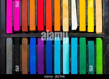 Différentes couleurs de pastels dans leur boîtier. Banque D'Images