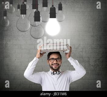 Businessman with book et Incandescent Light bulb Banque D'Images