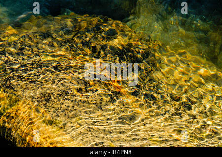 Abstrait d'une réflexion sous-marines de sable de rivière , Reshikhola Reshi, rivière, le Sikkim Banque D'Images