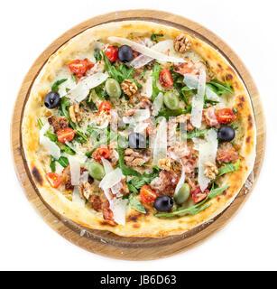 Caesar Pizza sur fond blanc, vue d'en haut Banque D'Images