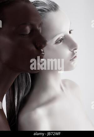 Bodyart de contraste. Les femmes ethniques peint en blanc et noir. La méditation Banque D'Images