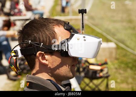 Pilote de drone vue à la première personne de porter le casque. La conduite d'un jeune homme à l'aide de lunettes Banque D'Images