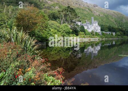 L'abbaye de Kylemore dans la belle nature et fleurs devant Banque D'Images