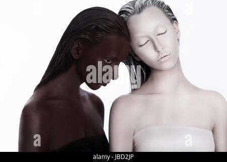 Concept multiculturel multiraciale. L'origine ethnique. Les femmes marron et blanc. Dévotion Banque D'Images