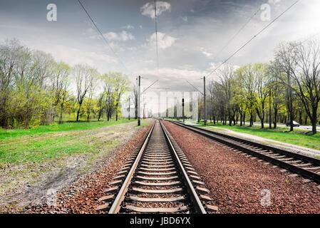 Ciel nuageux gris sur railroad au printemps Banque D'Images
