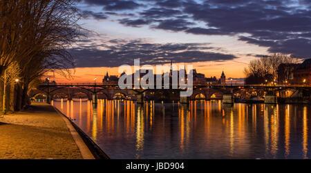 Lever du soleil sur l'Ile de la Cité et de la Seine avec vue sur le Pont des Arts du 4ème arrondissement. Paris, Banque D'Images