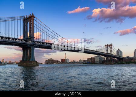 Manhattan Bridge (pont suspendu long-span) au cours de l'East River au coucher du soleil avec vue sur Brooklyn. New York City