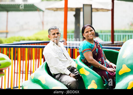 2 couple juste ride fun amusement park smiling s'amusant Banque D'Images
