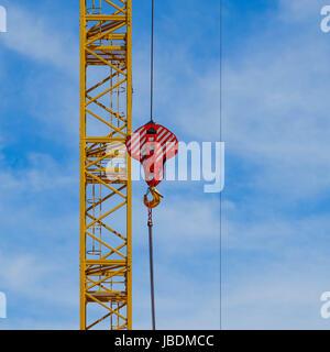 Les grues de construction on blue sky - concept de l'industrie du bâtiment Banque D'Images