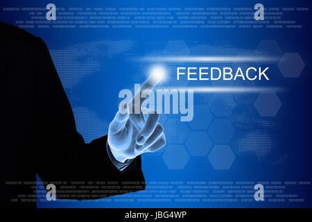 La main d'affaires poussant bouton commentaires sur une interface d'écran tactile Banque D'Images