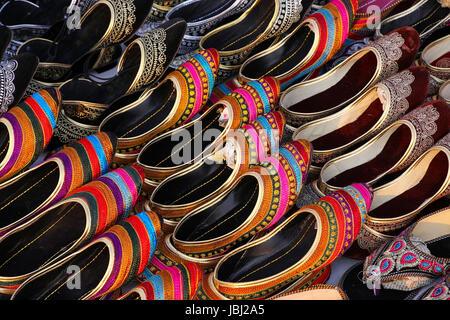 Affichage des chaussons traditionnels au marché, Jaipur, Inde Banque D'Images