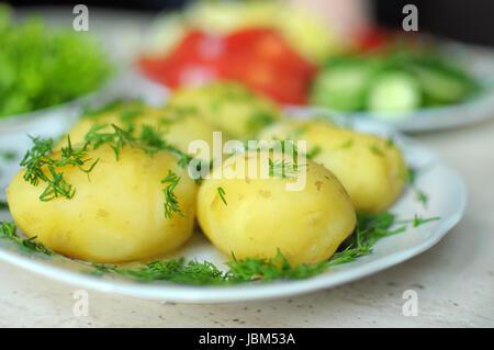 Les légumes frais biologiques et bouillie de pommes de terre nouvelles sur les plaques sur la table en bois. Close Banque D'Images