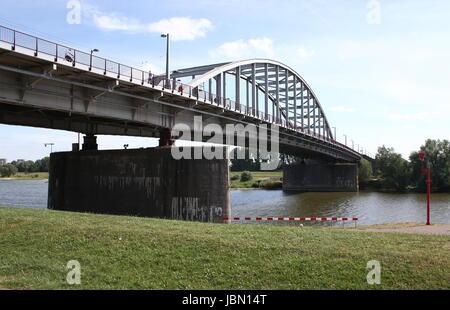 John Frostbrug (pont John Frost) sur le Rhin inférieur, centre d'Arnhem, Gueldre, Pays-Bas. (En vedette dans le film de 1977 Un pont trop loin)