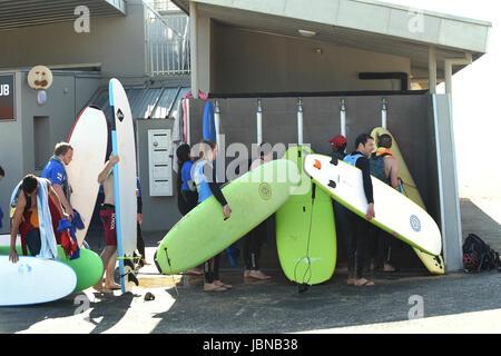 Les surfeurs se laver les planches de surf après avoir quitté Capbreton plage dans le sud-ouest de la France Banque D'Images