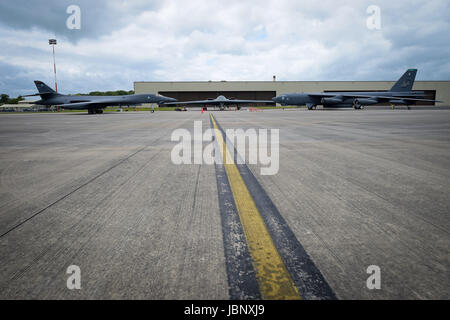 Un bombardier B-2 de l'USAF, esprit, le B-1B Lancer, à gauche et un B-52 Stratofortress, droite, sur le pan au RAF Fairford.
