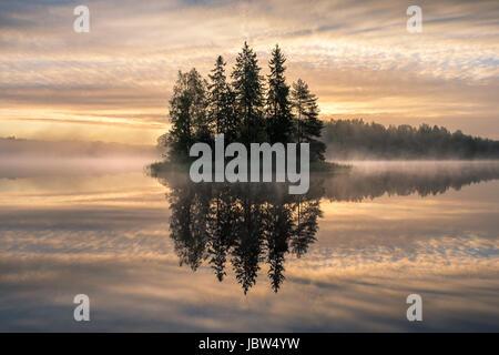 Paysage panoramique avec sunrise et île idyllique au début de la matinée en Finlande Banque D'Images