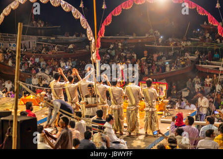 Dashashwamedh Gat, Ganga Pooja,soir célébration rituelle à Ganga Aarti sur les ghats de Varanasi, Inde,Asia Banque D'Images