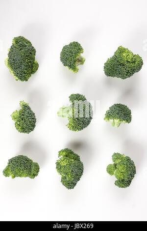 Ensemble de morceaux de brocoli mûr isolé sur fond blanc Banque D'Images