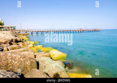 L'embarcadère de Enaerios Salon à Chypre. Un jour sur la mer Méditerranée, les rochers sur la côte de Limassol et Banque D'Images