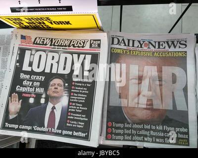 Les titres des journaux de New York le vendredi, Juin 9, 2017 la journée précédente rapport témoignage devant le comité de renseignement du Sénat de l'ancien directeur du FBI James Comey. (© Richard B. Levine)