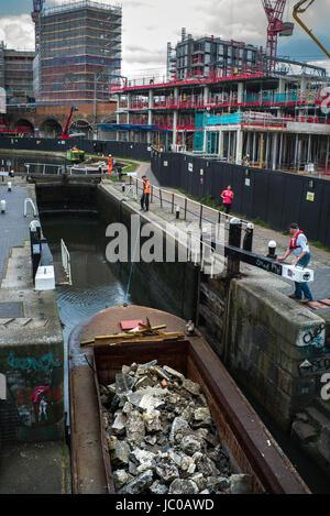 15-04 barge pleine de rock en passant par camden regents canal lock Banque D'Images