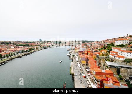 PORTO, PORTUGAL - 18 juillet 2011: voir ci-dessus de la rivière Douro et de Porto, ville historique. Porto est Banque D'Images
