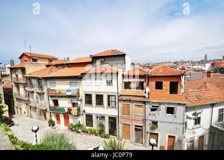 Vue sur petite rue dans la ville de Porto, Portugal Banque D'Images