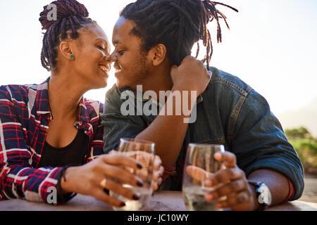 Véritable couple d'origine africaine à propos de l'embrasser tout en embrassant Banque D'Images