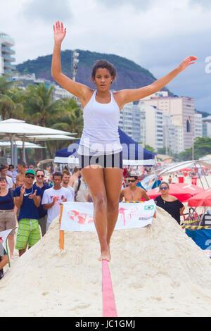 RIO DE JANEIRO - 03 NOVEMBRE 2012: candidat à la Slackline sur les sables de Copacabana à Rio Elephant Cup, tenue Banque D'Images